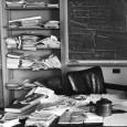 """Cada vez que me diga: """"uy, qué desordenada tengo la mesa"""", me recordaré a mí mismo éstas imágenes y me sentiré mucho mejor. Así de ordenadico tenía el escritorio de..."""